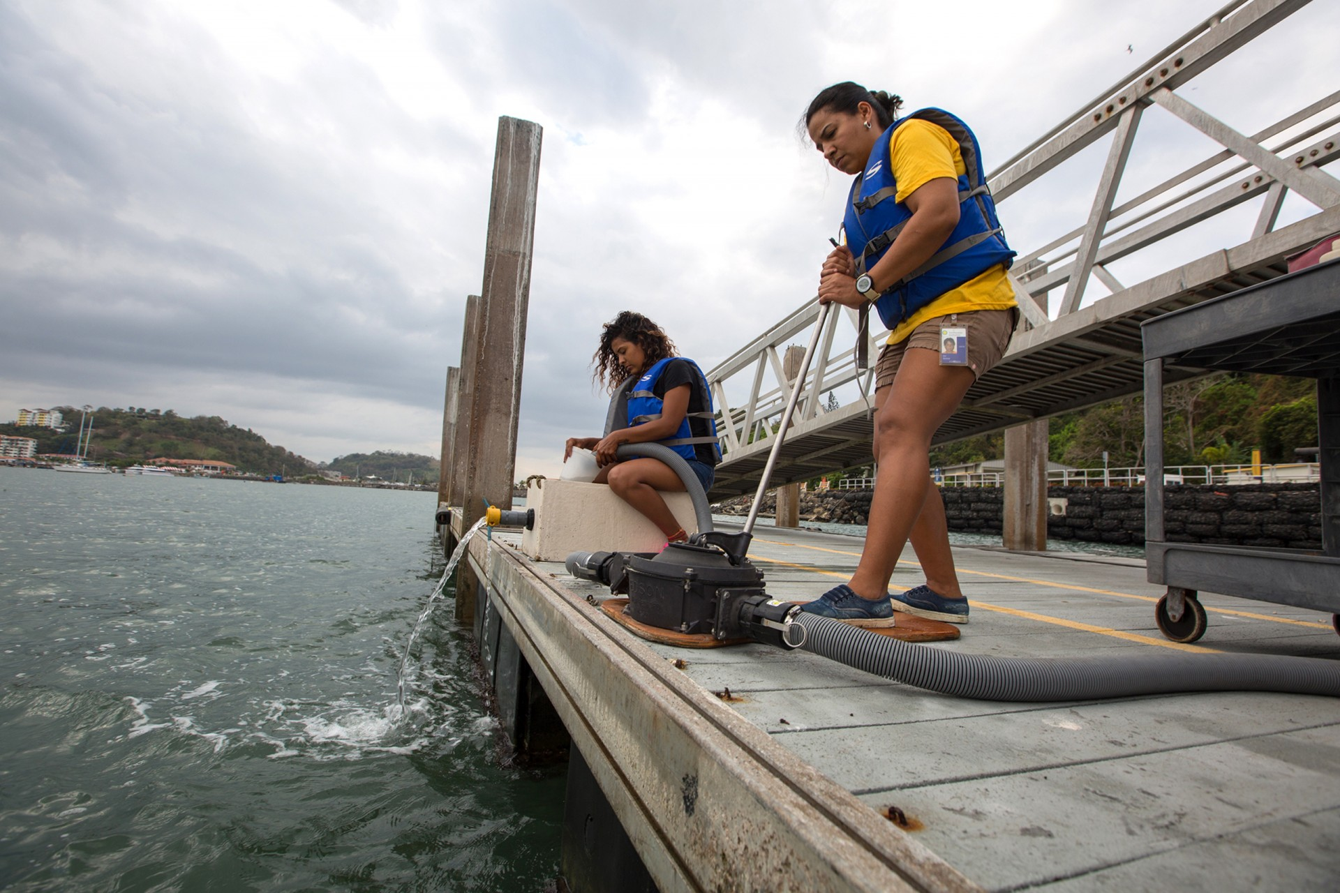 Isis Ochoa (right) and Maribel Pinto do a plankton pump at STRI's Naos Dock on Friday, March 23, 2018. Ochoa is the lab manager for STRI staff scientist Rachel Collin and Pinto is an undergraduate at the Universidad Internacional Marítima de Panamá (UMIP)